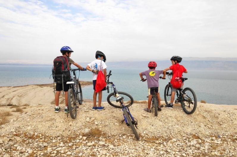 ילדים בטיול אופניים בים המלח